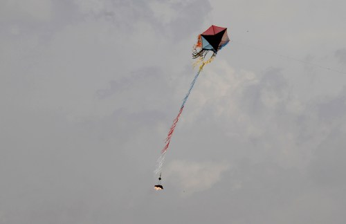 Palestinian demonstrators fly a kite carrying burning materials to set fire to Israeli territory during clash with the Israeli security forces near the southern Gaza Strip town of Khan Yunis during the fifth straight Friday of mass demonstrations and clashes along the Gaza-Israel border on April 27, 2018. / AFP PHOTO / SAID KHATIB