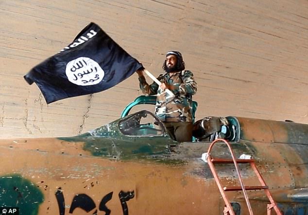 """Combatientes de ISIS reciben """"Pasaportes al Paraíso"""" en una desesperada tentativa de convencerlos que serán recompensados con vírgenes en la otra vida – Por Kelly McLaughlin"""
