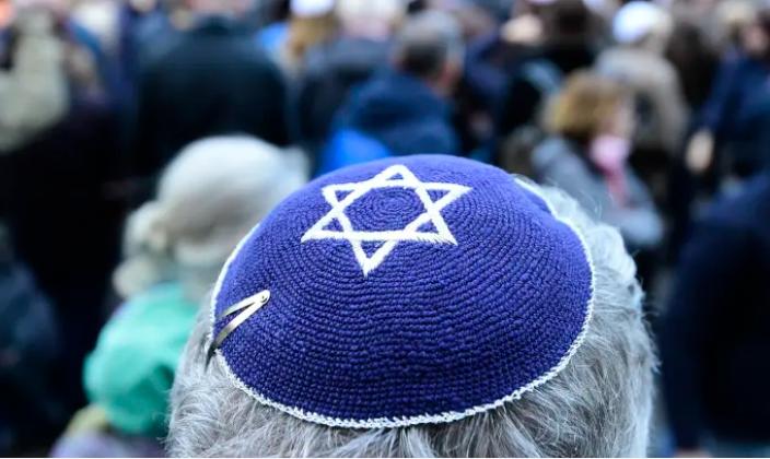 Israel tiene sus críticas hacia el antisemitismo, pero aún tiene que formular una estrategia para enfrentarlo – Por Shmuel Rozner (Maariv)