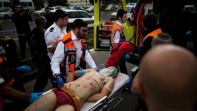 Médicos Israelíes se declaran obligados a tratar a los terroristas igual que a sus víctimas – Por Stuart Winer (16/12/2015)