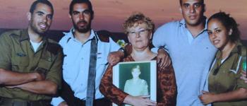 Discurso de una madre que perdió a sus dos hijos por la Defensa de Israel nos señala el camino hacia la luz