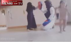 Padre e Hija de ISIS se ejercitan mientras ¡el Chico Juega con una Pistola!