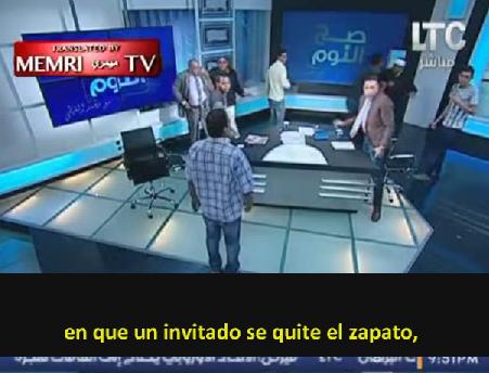 """Zapatos y sillas vuelan por los aires en TV egipcia y el debate se convierte en """"Lucha Libre"""""""